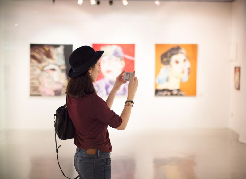 vrouw maakt foto in museum